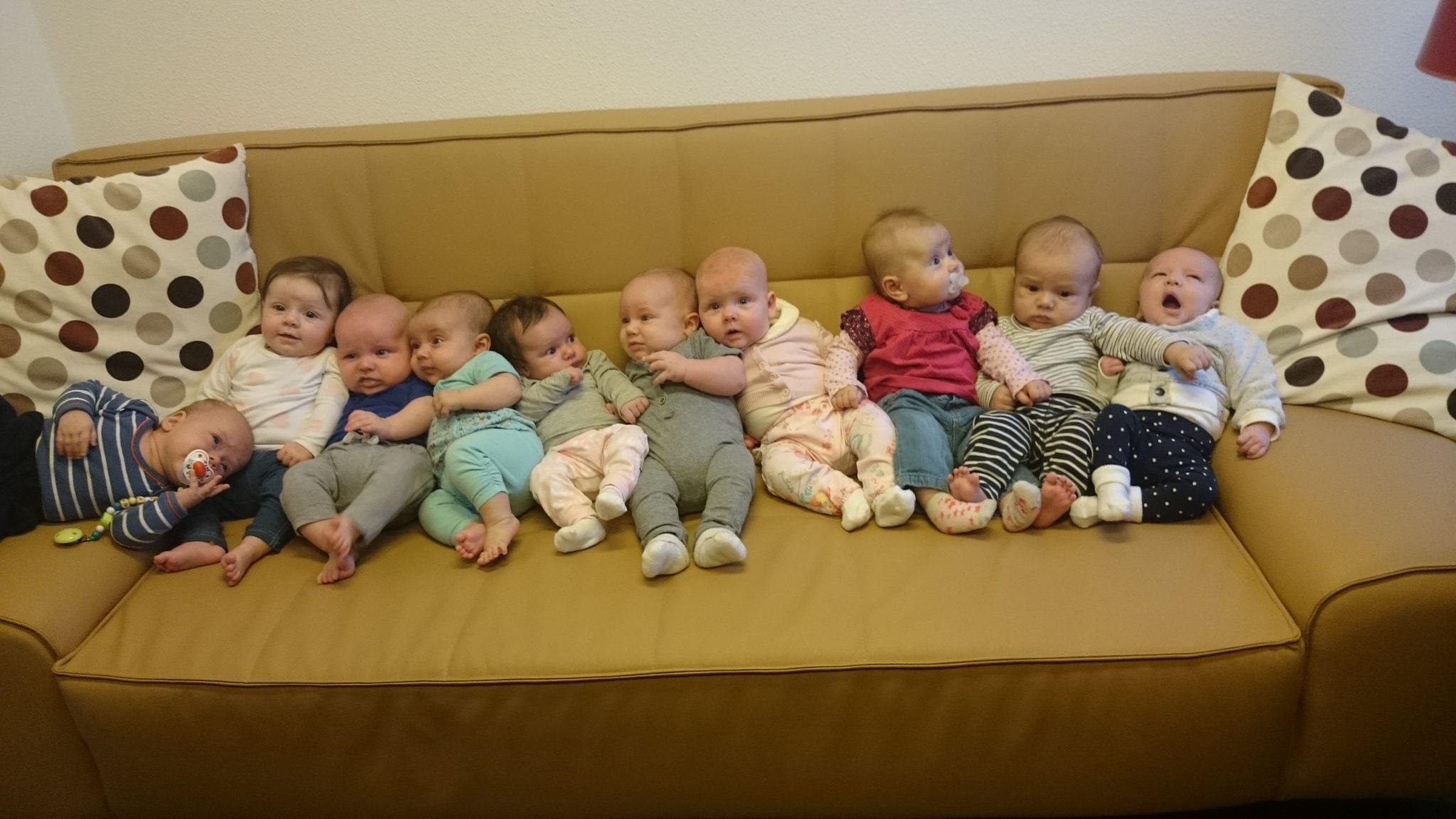 Zwanger&Fit terugkomdag. Tien baby's naast elkaar op de bank.